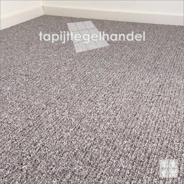 Een grijs bruine tapijttegel van Desso Reclaim